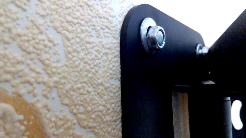 Так как саморезы и дюбели очень длинные, то для тонких стен рекомендуются применять болты или шпильки