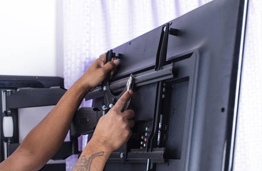 Угловые кронштейны для телевизоров дают возможность установить устройство в углу комнаты