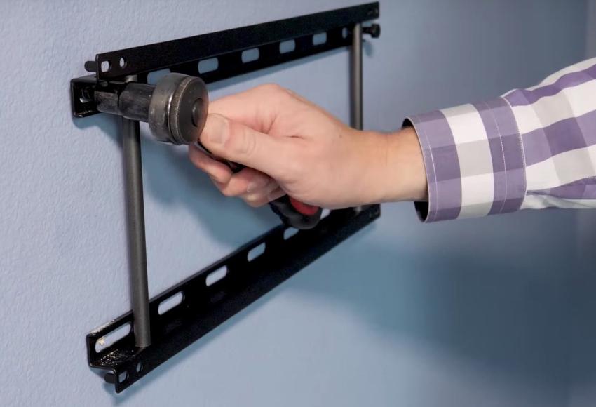 Прежде чем повесить изготовленные уголки на стену, в них нужно просверлить отверстия для фиксирующего крепежа