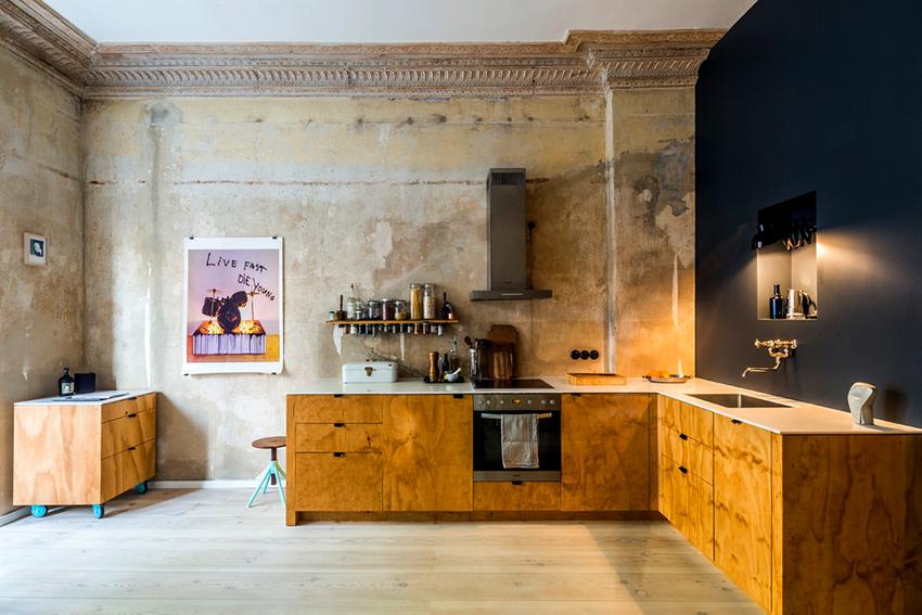 Интерьер кухни без навесных шкафов выглядит необычно и просторно