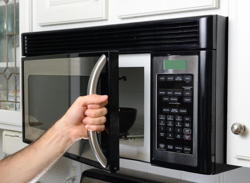 СВЧ-печь компактна и хорошо вписывается в интерьер даже очень небольшой кухни