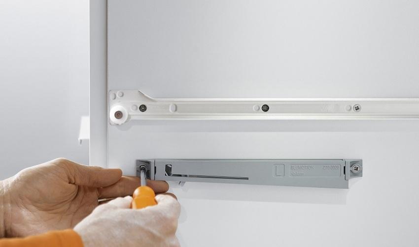 Монтаж направляющих может осуществляться на боковых поверхностях ящиков или в пазах боковых поверхностей