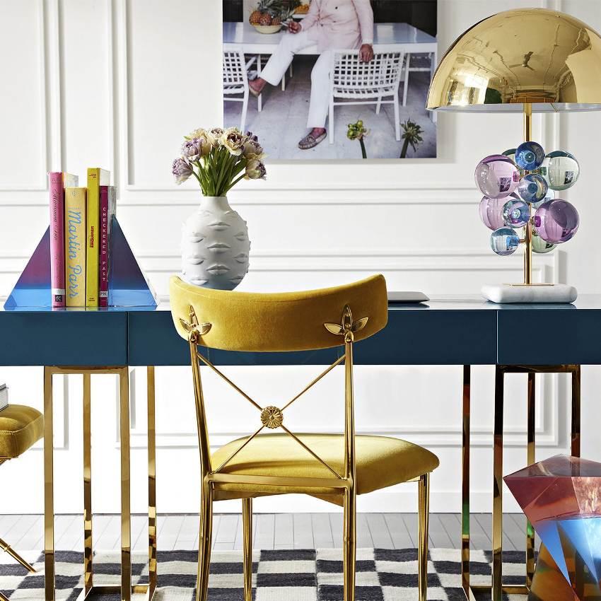 Лампа должна максимально вписываться в интерьер и подходить под имеющуюся в комнате мебель