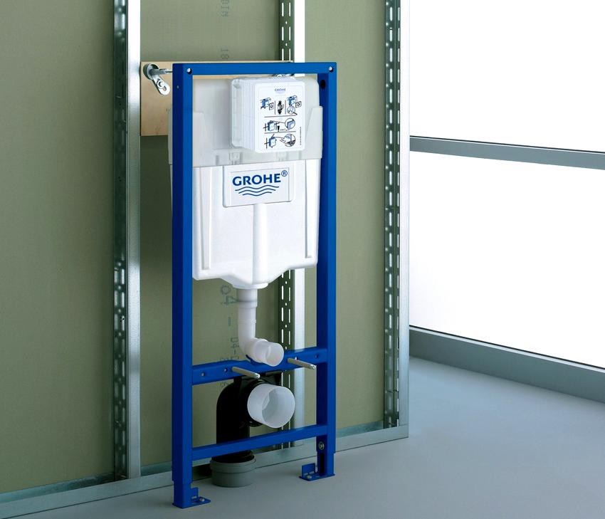 В подвесной системе инсталляции для унитаза используется легкий, но прочный бачок из пластика