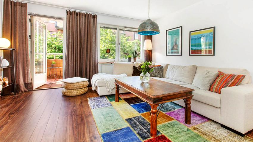 В гостиных современных стилей часто используют удлиненные портьеры