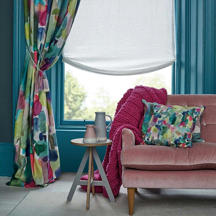 Расцветка портьер обязательно должна гармонировать с цветовой гаммой интерьера
