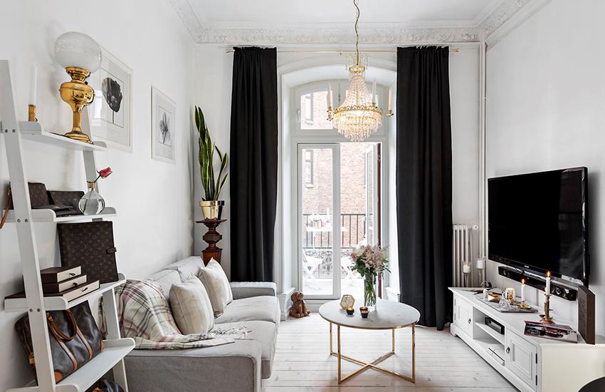 Для окна с балконной дверью лучше отдать предпочтение раздвигающимся портьерам