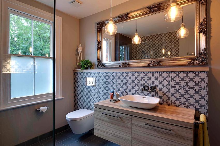 Если размер помещения позволяет, то желательно в туалете установить хотя бы раковину