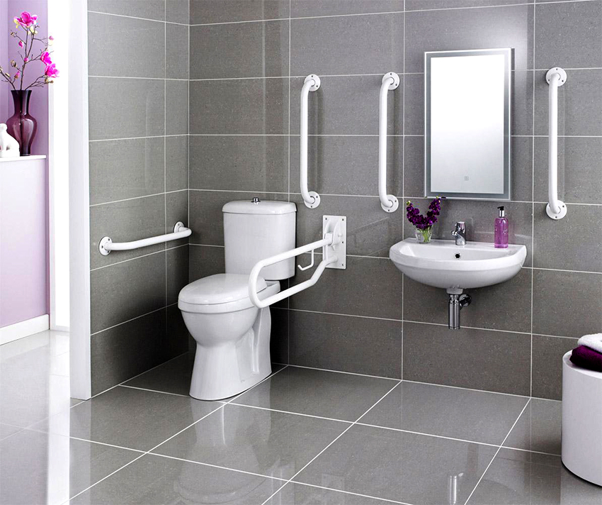 Дверь в туалете для людей инвалидов должна открываться только наружу