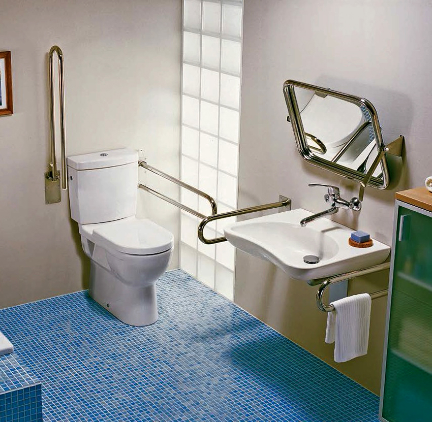 Минимальные размеры туалета для людей инвалидов: глубина – 180 см, ширина – 165 см