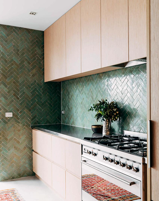 Прямой кухонный гарнитур – самый универсальный и бюджетный вариант