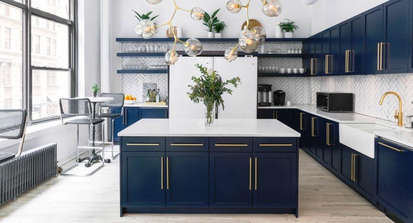 Начинать нужно с замеров кухонного помещения, где будет установлена мебель
