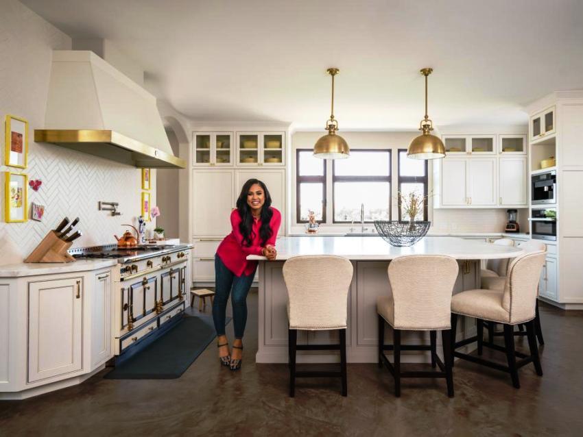 Именно от габаритов гарнитура и вместительности шкафов зависит, насколько комфортно и уютно хозяйке будет пользоваться кухней