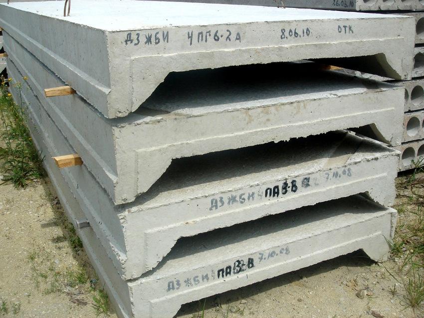 Основными сферами использования ребристых плит являются чердачные помещения, гаражные покрытия или подвальные сооружения