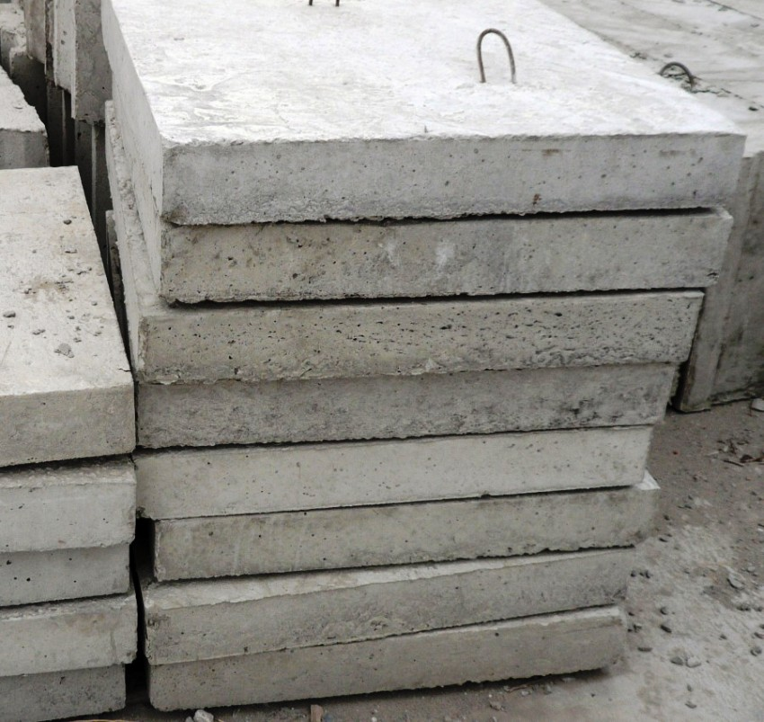 Внутри бетонной смеси находятся стальные арматурные прутья, что делают плиты более прочными