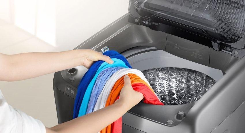 Размеры стиральных машин с вертикальной загрузкой вполне позволяют вписать их в маленькое помещение