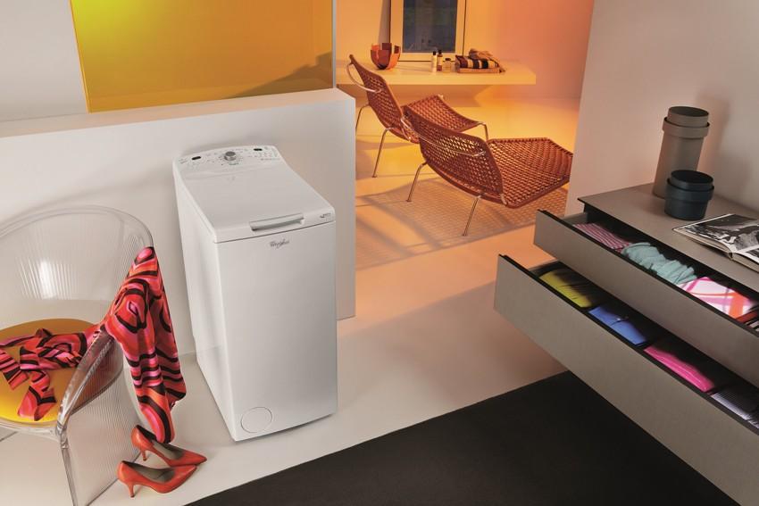 Вертикальную стиральную машину нельзя разместить под навесными шкафами, так как открывание крышки требует свободного пространства