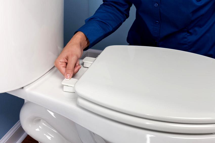 При выборе сиденья для унитаза нужно следить, чтобы оно подходило не только по габаритам, но и по креплениям