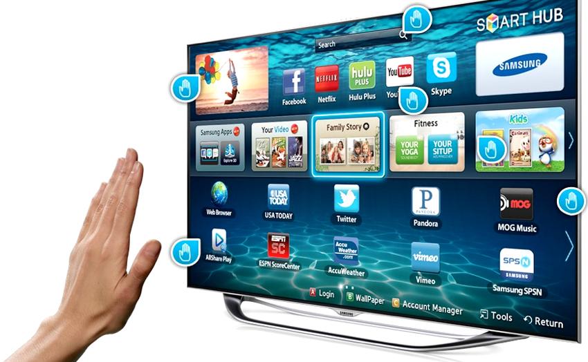 Еще одно преимущество смарт-телевизоров – это возможность управления экраном как пультом ДУ, так и голосом, жестами
