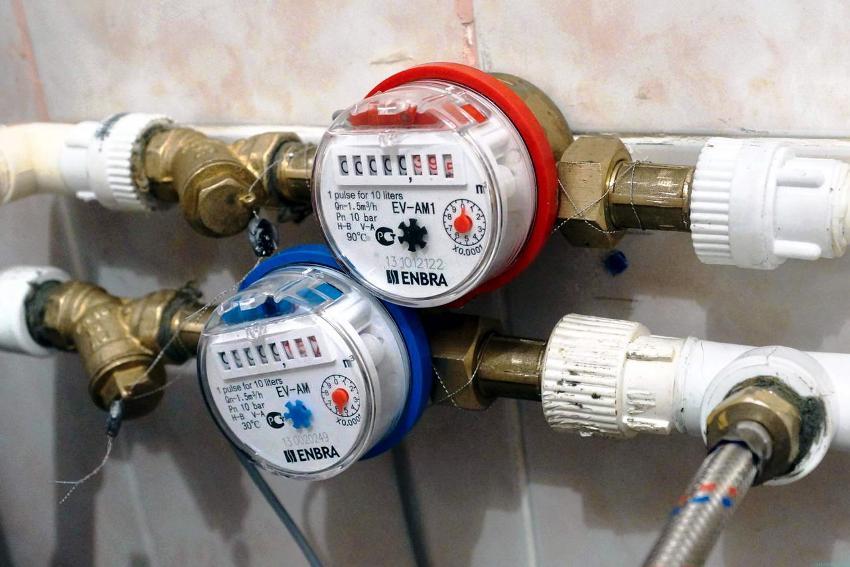 На горячую и холодную воду необходимо снимать показания данных по отдельности