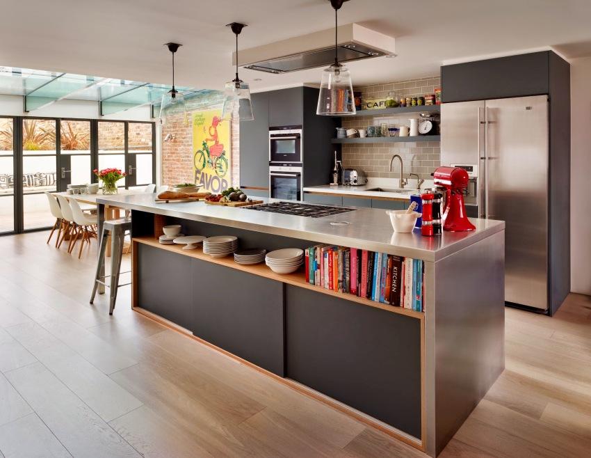 Очень функциональным является вариант комбинирования на кухне закрытых шкафов и открытых полок