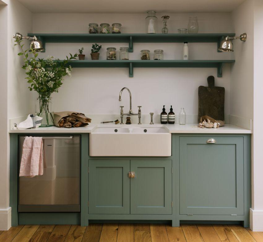 Чтобы не загромождать пространство маленькой кухни, вместо подвесных шкафов можно обустроить открытые легкие полки