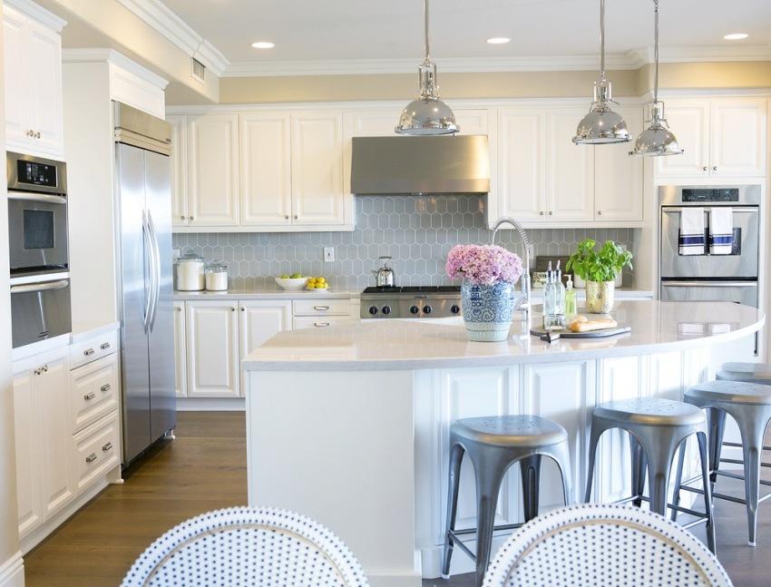 Можно приобретать как готовые комплекты кухонной мебели, так и изготавливать шкафы под заказ по индивидуальным размерам