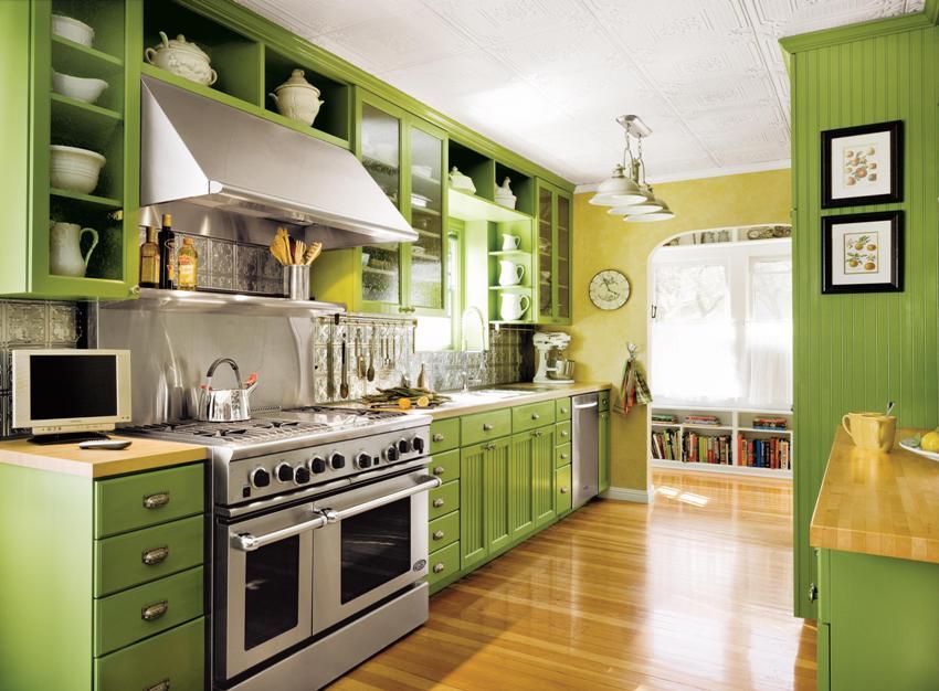 Для размещения посуды могут использоваться нижние тумбы, навесные шкафы и открытые полки