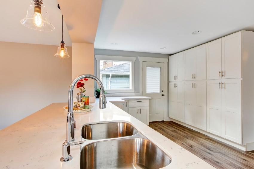Для кухни в минималистичном стиле подойдут глухие закрытые шкафы в лаконичном дизайне