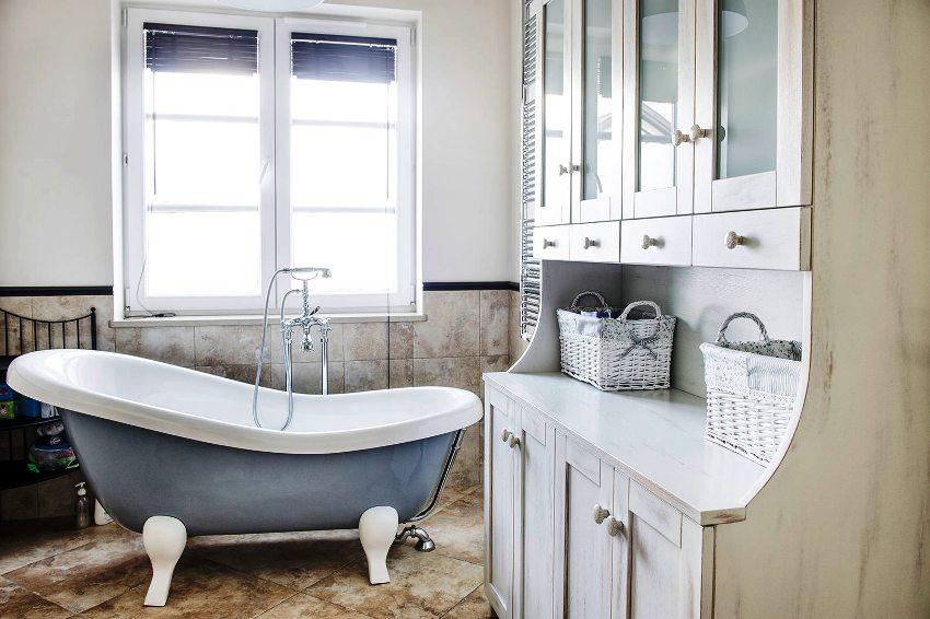 Эмаль чугунных ванн обладает высоким качеством, что позволяет ей выдерживать воздействия высокой температуры и бытовых химических средств