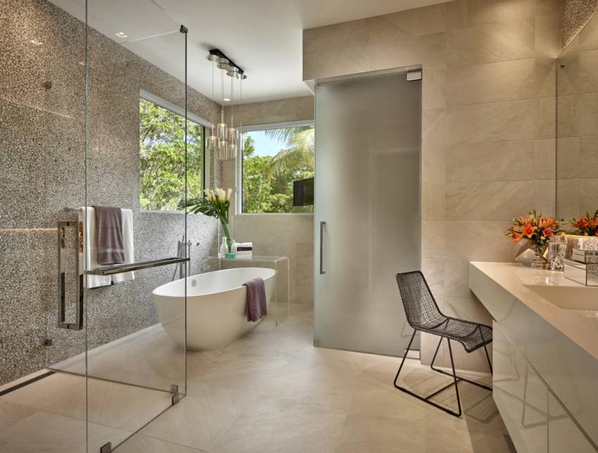 В частных домах площадь позволяет выделить для «удобств» достаточно просторные помещения, чтобы осуществить дизайнерские фантазии