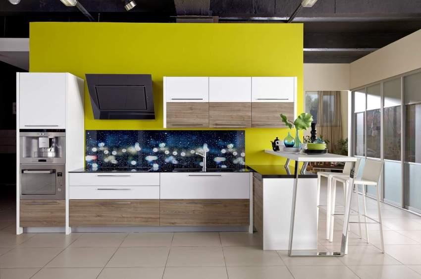 Современному кухонному интерьеру придаст роскоши и уникальности стеклянная панель над плитой и рабочей поверхностью