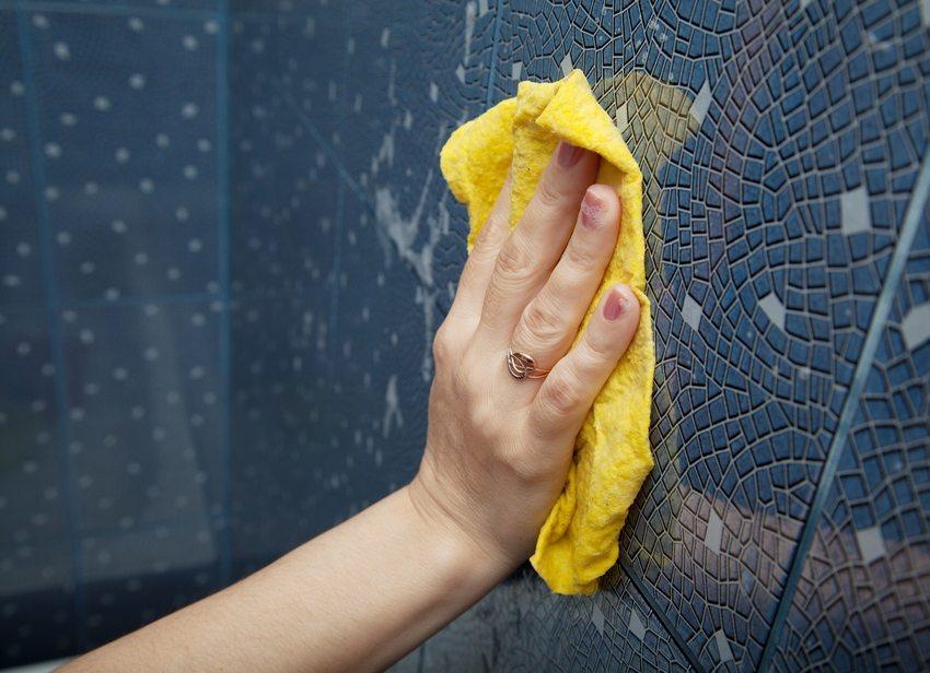 Прежде чем начнётся отделка ванной панелями, ровные стены необходимо обработать грунтовкой