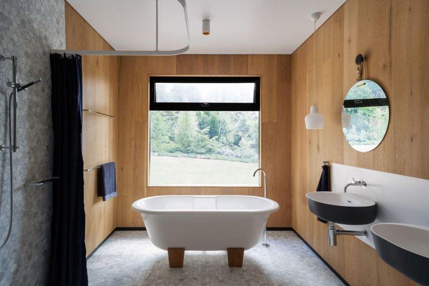 Панели с имитацией древесной текстуры придают большего уюта и природности дизайну ванной