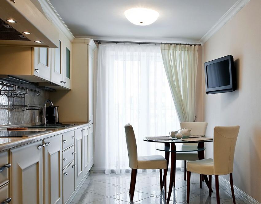 Оптимальный вариант для кухни – размещение телевизора под углом 175°