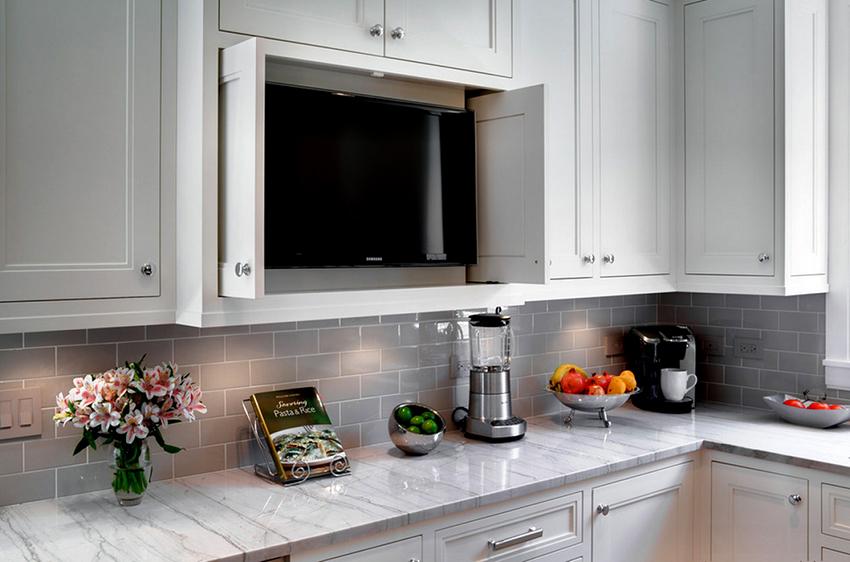 Удачным вариантом установки телевизора на кухне является размещение агрегата в ящике