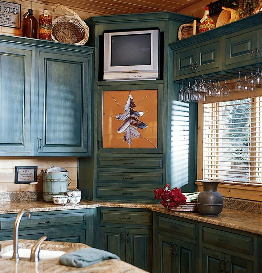 Угловая установка на кухне подойдет для маленького телевизора