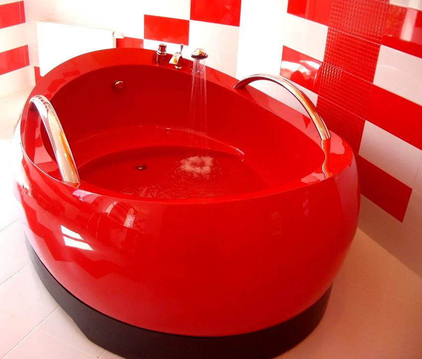 Красная акриловая ванна выглядит очень эффектно и лишает комнату обыденности и скучности