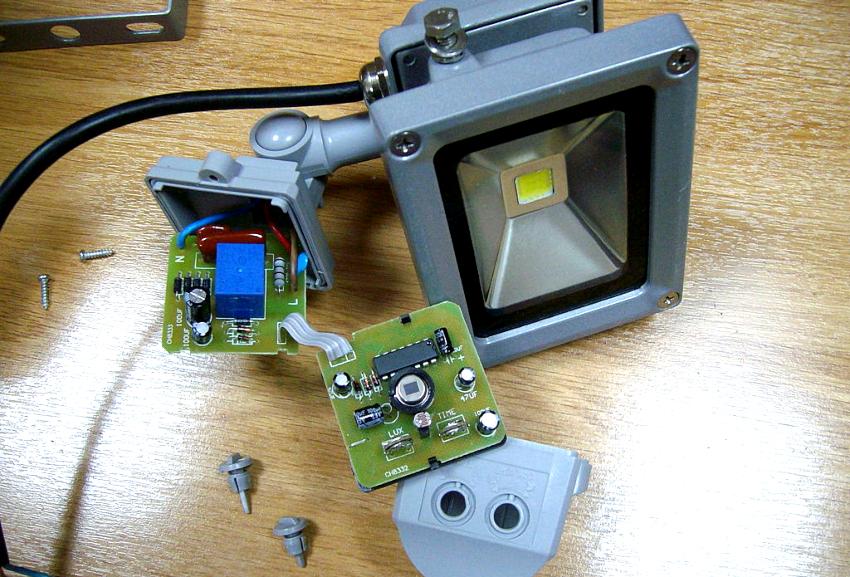 Светильники с датчиком движения делятся по виду осветителя, характеру питания, типу действия и наличию защиты от внешнего воздействия