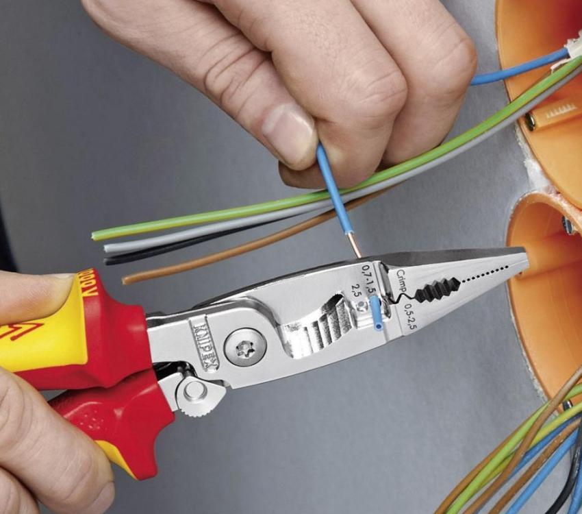 Перед тем как подключить датчик движения для освещения, нужно подготовить сам прибор, а также необходимый для этого инструмент