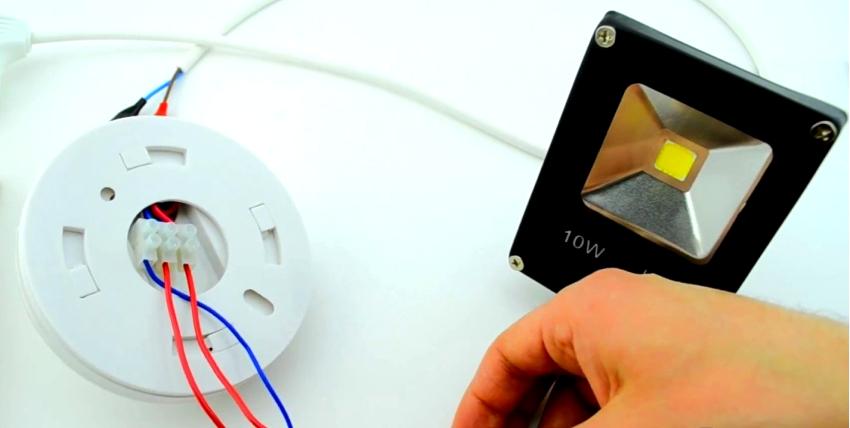 Под крышкой датчика имеется колодка для подключения, к ней подсоединены три цветных контакта, выходящих из корпуса