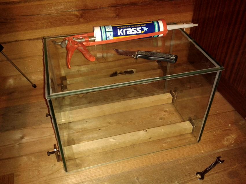 Герметик Krass подходит для склейки небольших аквариумов или перегородок внутри емкости