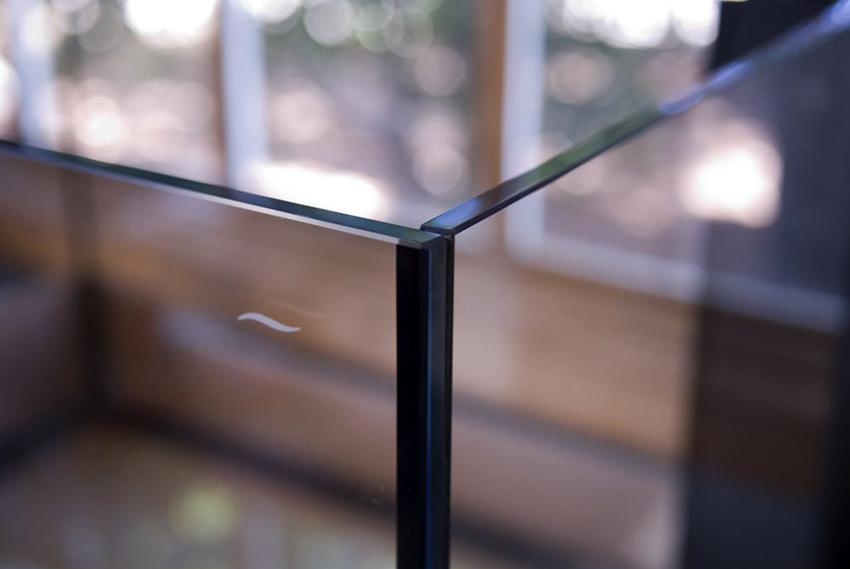 Герметик используют для склеивания стенок аквариума между собой