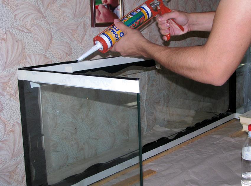 Перед нанесением герметика необходимо обезжирить стыки аквариума