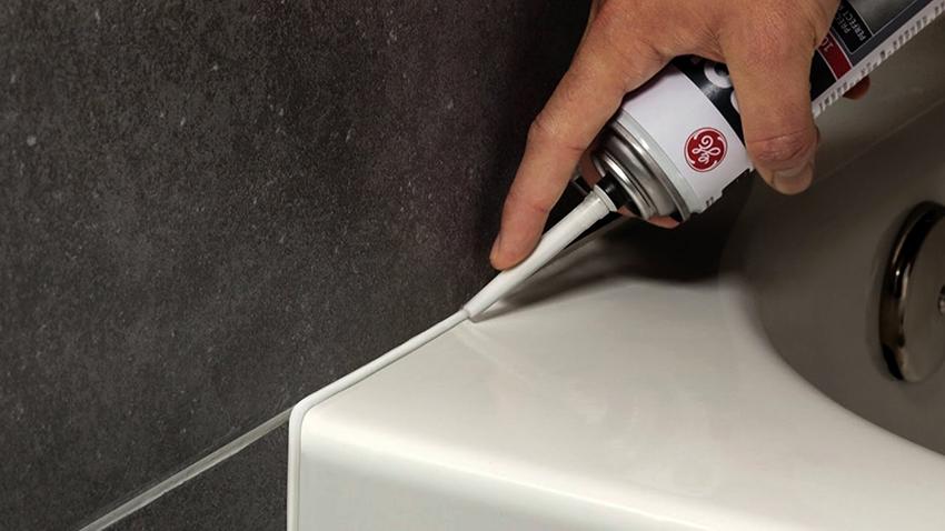 Чтобы получился аккуратный и качественный шов, состав должен проникать как можно глубже в зазор