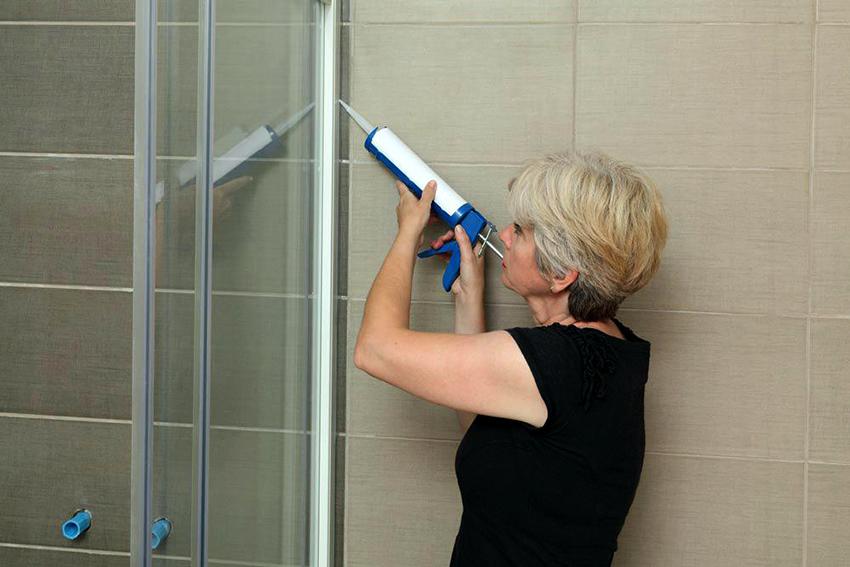 С помощью герметика производится заделывание стыков между душевой кабиной и стеной