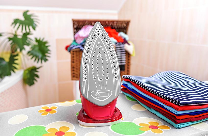 Паровой утюг с множеством отверстий быстрее справляется с разглаживание сухой и помятой одежды