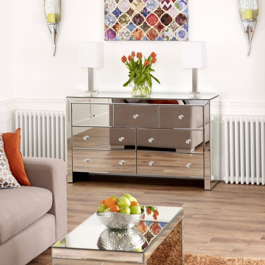 Комод для гостиной может выступать не только функциональным элементом, но и неповторимым украшением комнаты