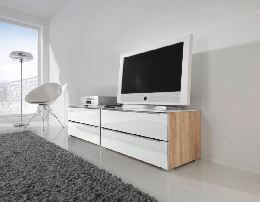 Комоды под телевизор представлены в нескольких вариантах, что позволяет покупателю сделать выбор по желанию