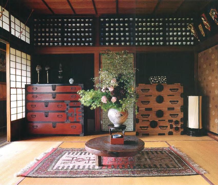 Комоды из натуральной древесины считаются идеальным украшением любой комнаты